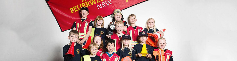 Mitglieder der Kinderfeuerwehr NRW posieren für ein Gruppenbild.