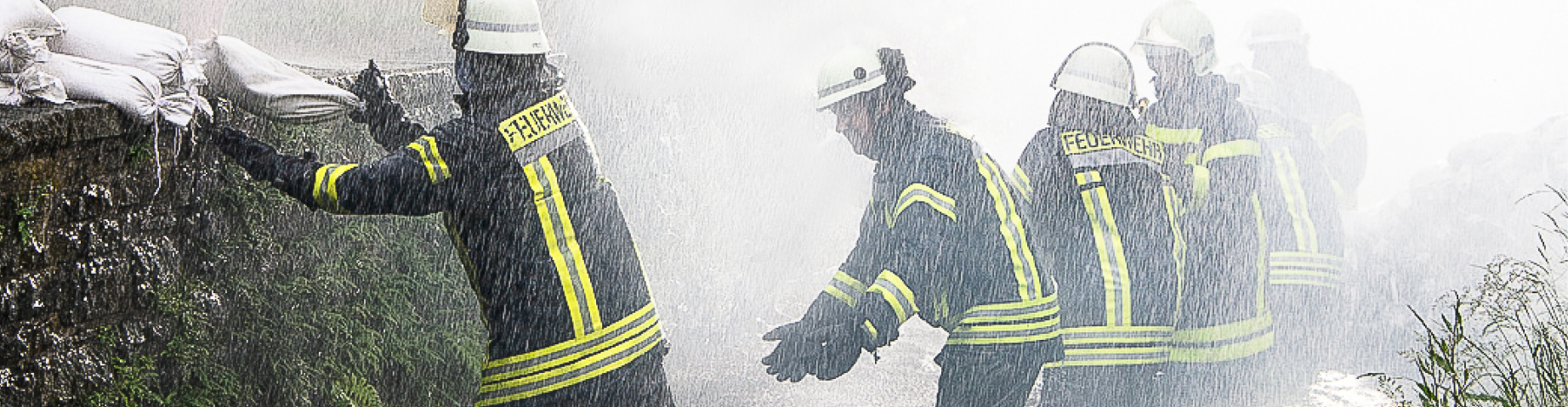 Die Freiwillige Feuerwehr kämpft mit Sandsäcken gegen ein Hochwasser.