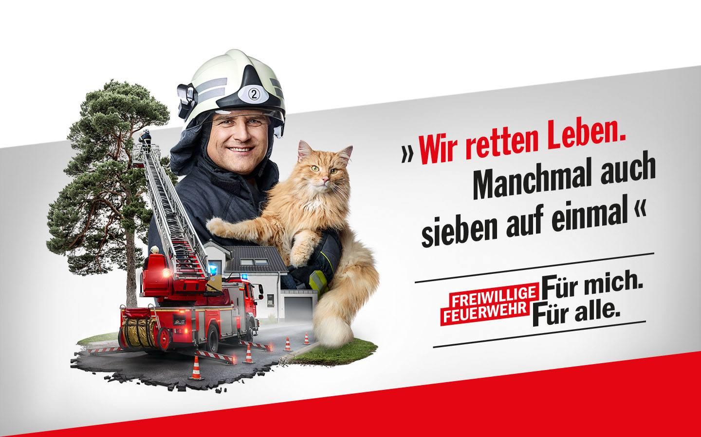 Porträt eines Feuerwehrmannes mit Katze, daneben Leiterwagen, der Katze aus einem Baum rettet. Schriftzug: Wir retten Leben. Manchmal auch sieben auf einmal. Freiwillige Feuerwehr: Für mich. Für alle.
