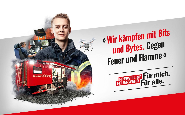 Porträt eines jungen Mannes mit Collage: Schaltzentrale, Drohne, Feuerwehr-Einsatzkräfte; Schriftzug: Wir kämpfen mit Bits und Bytes. Gegen Feuer und Flamme.